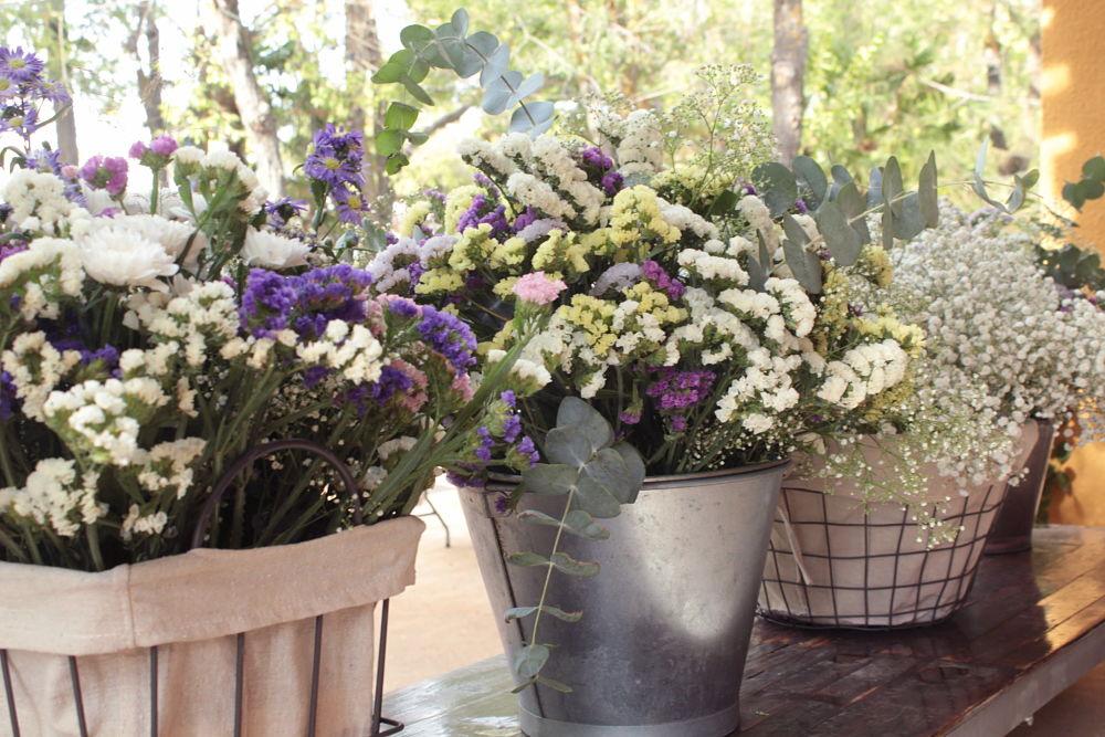 Cestos con flor silvestre