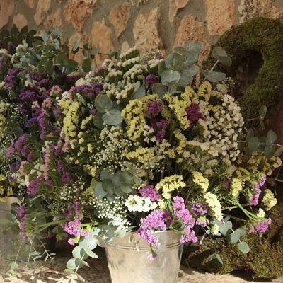 Cubos de flores silvestres para boda