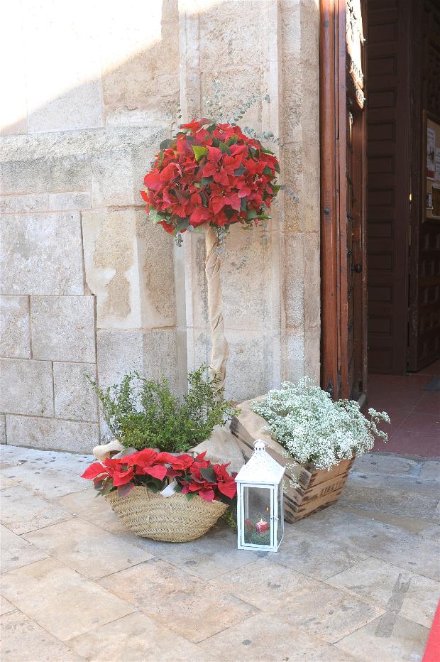Entrada Iglesia con flores Navidad