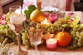 Decoración de mesa de boda con uvas