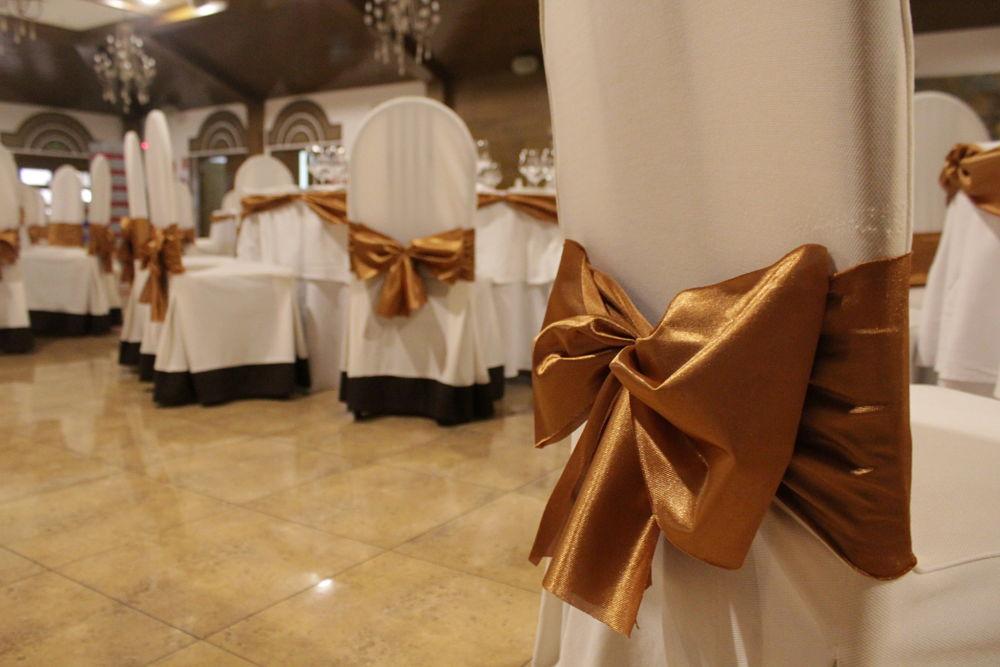 Sillas arregladas con lazo para boda