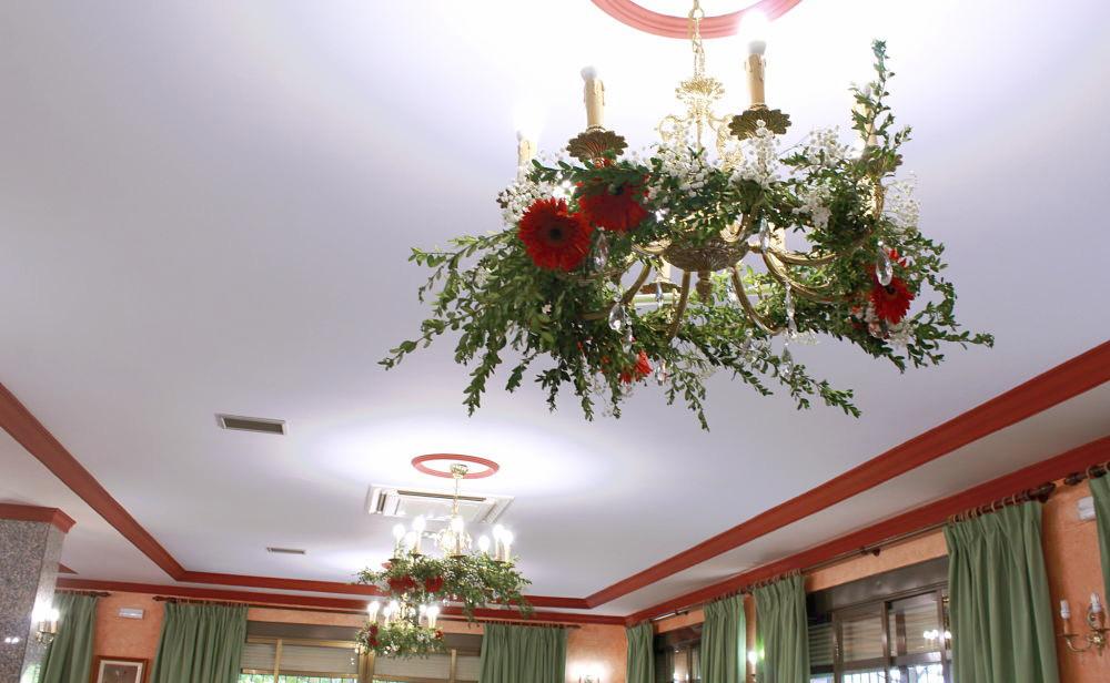 Decoración floral en techo para boda